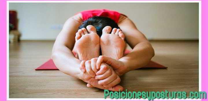 postura paschimotta cabeza en las rodillas